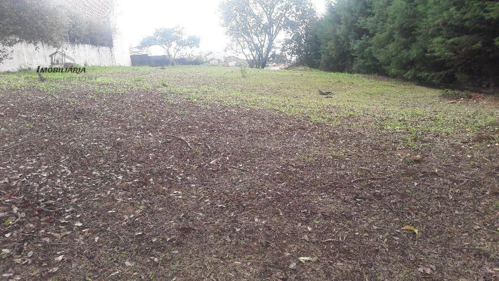 ótimo terreno praticamente plano com um pequeno declive nos fundos, próximo ao clube.