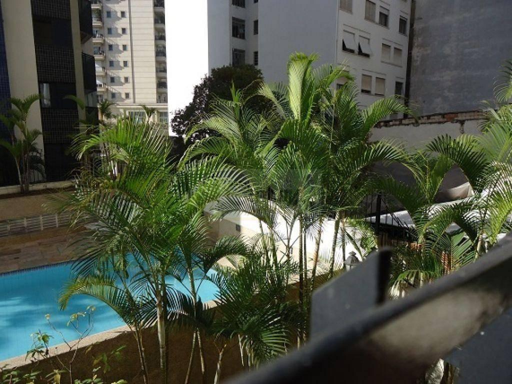 apartamento bem conservado com sala para 2 ambientes, com agradável varanda, piso de madeira em baixo...