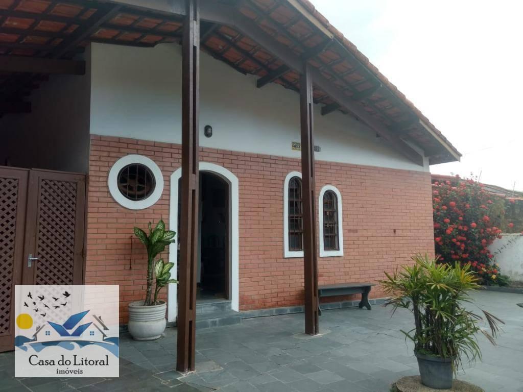 casa com 3 dormitórios, dois banheiros sociais, sala ampla para 2 ambientes, cozinha tipo americana, área...