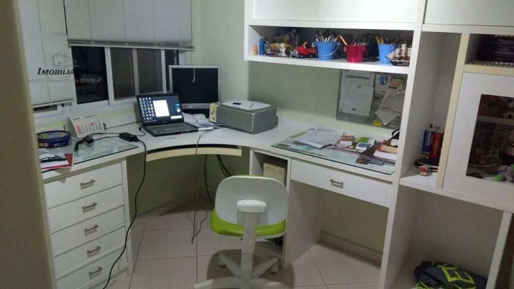 totalmente térrea, com 3 super suítes com closet, escritório, sala em 3 ambientes com lareira, lavabo,...