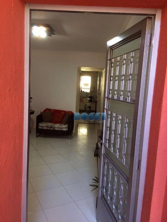 casa de vila contendo 1 dormitório com armários embutidos, wc social com box, sala com painel...