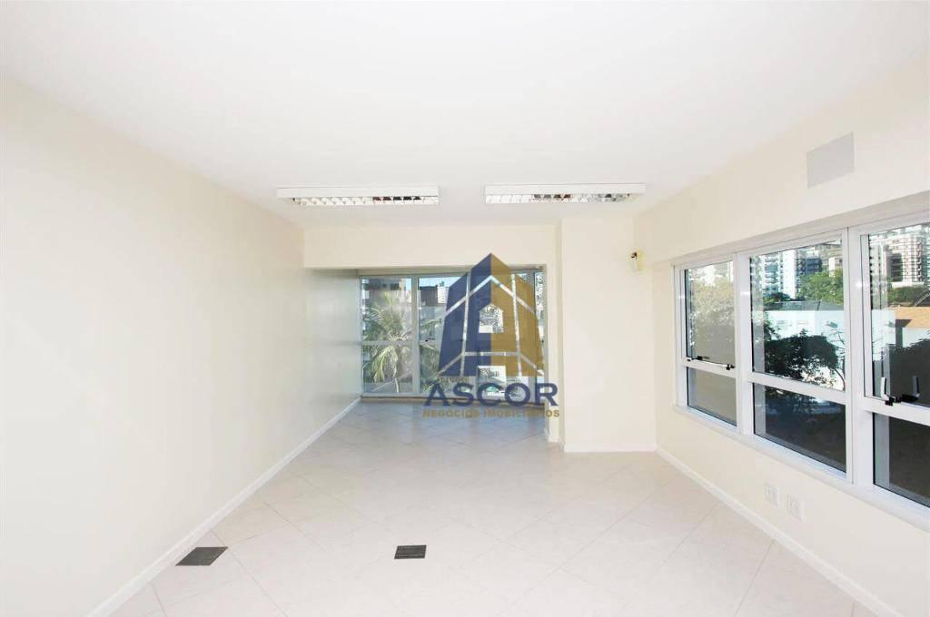 Sala ampla, com copa e 2 banheiros. Localizado na Av. Trompowski, Centro, Florianópolis. - SA0053