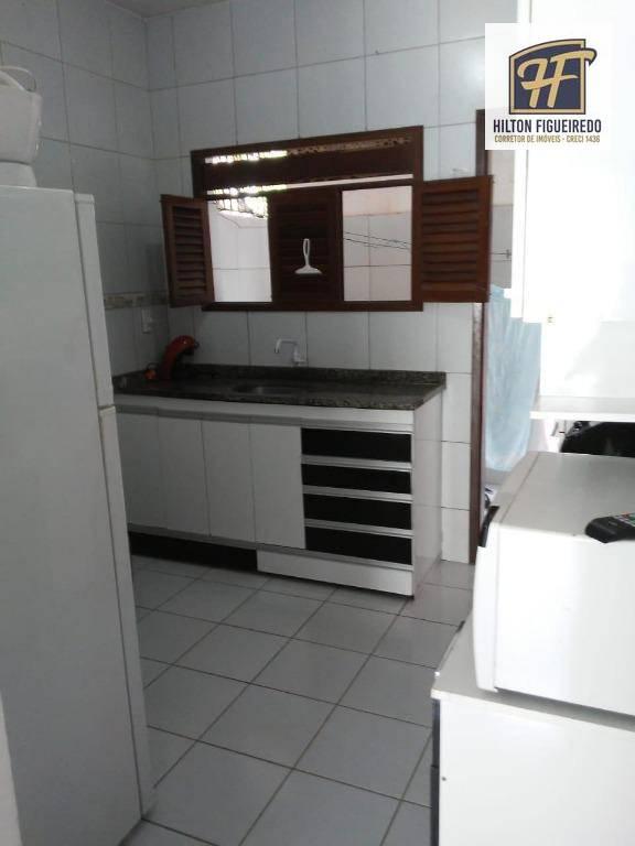 Sala, cozinha, 2 quartos, cozinha com armário projetado na pia, wc social com blindex, área de serviço, terraço gradeado.