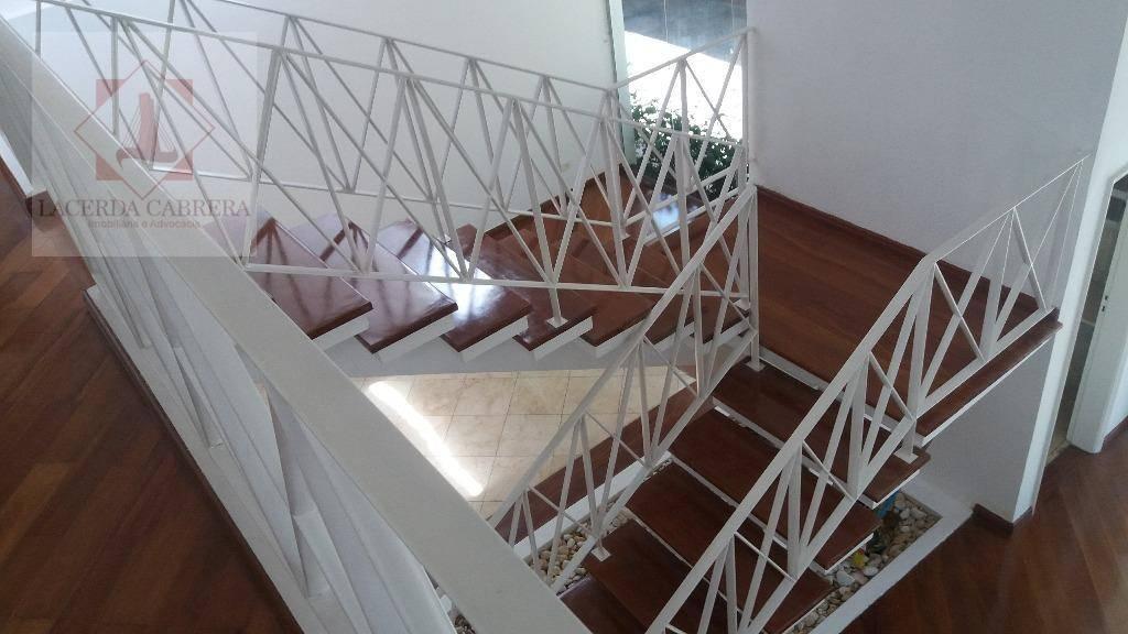 espetacular casa de esquina com 550 m² de área construída, 850 m2. de térreno, pé direito...