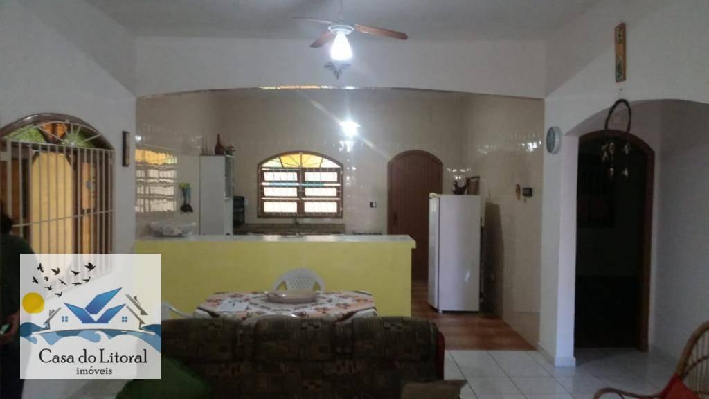 linda casa com 2 dormitórios sendo uma suíte, sala dois ambientes, cozinha, banheiro social, garagem,mais edícula...