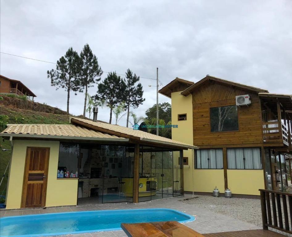 Casa de 2 dormitórios em condomínio fechado em Santo Amaro da Imperatriz
