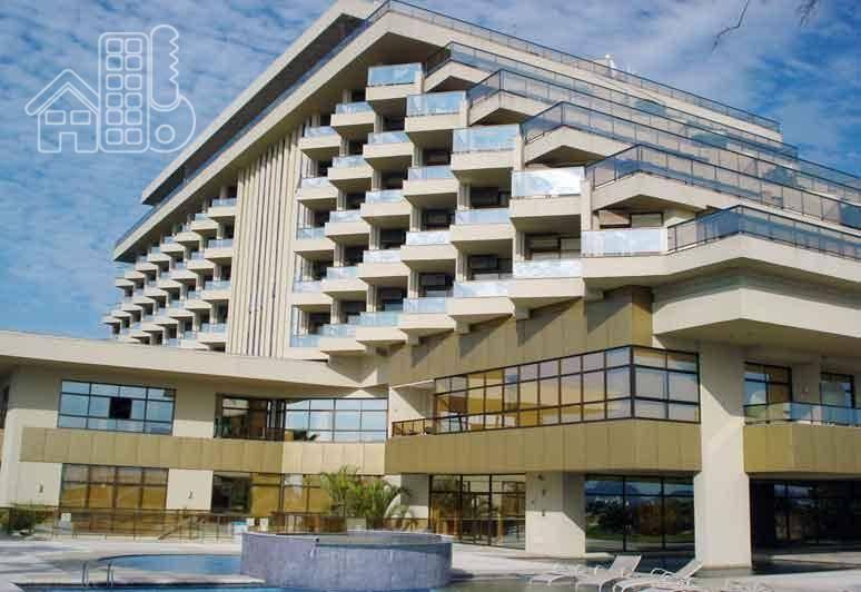 Excelente flat, todo montado de armário planejado, com linda vista para o mar, aeroporto e Rio de Janeiro. Na varanda possui um