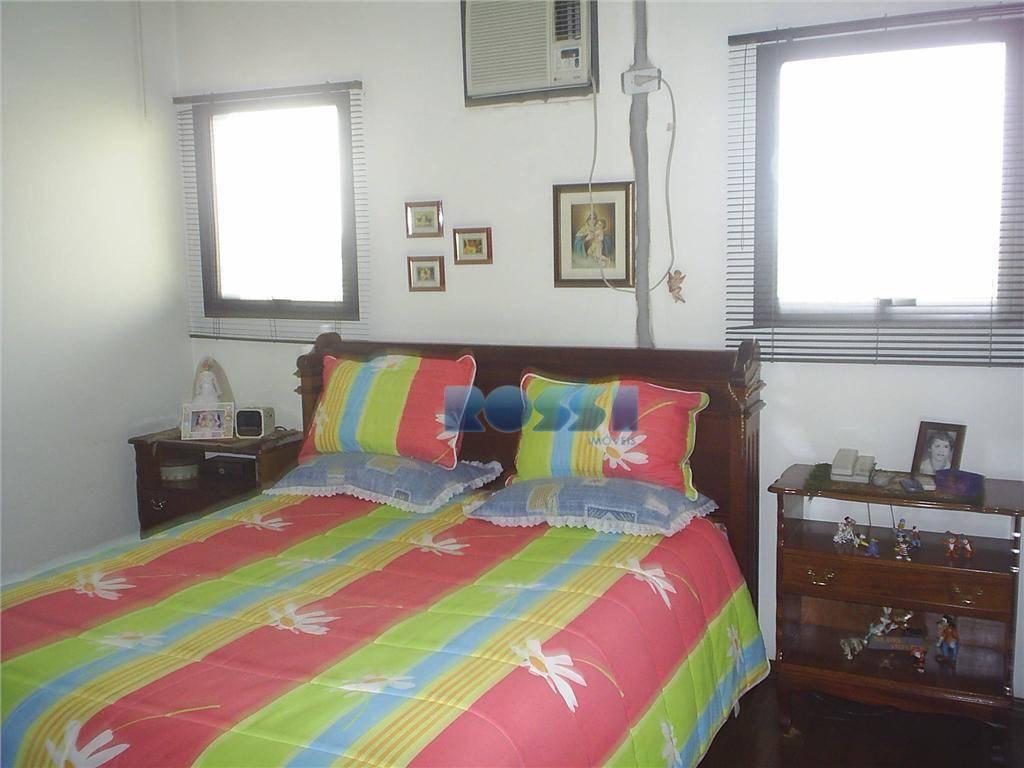 excelente sobrado. 04 dormitórios, sendo 02 suítes c/ closet.04 banheiros, hidromassagem. lavabo. despensa. dependência de empregada...