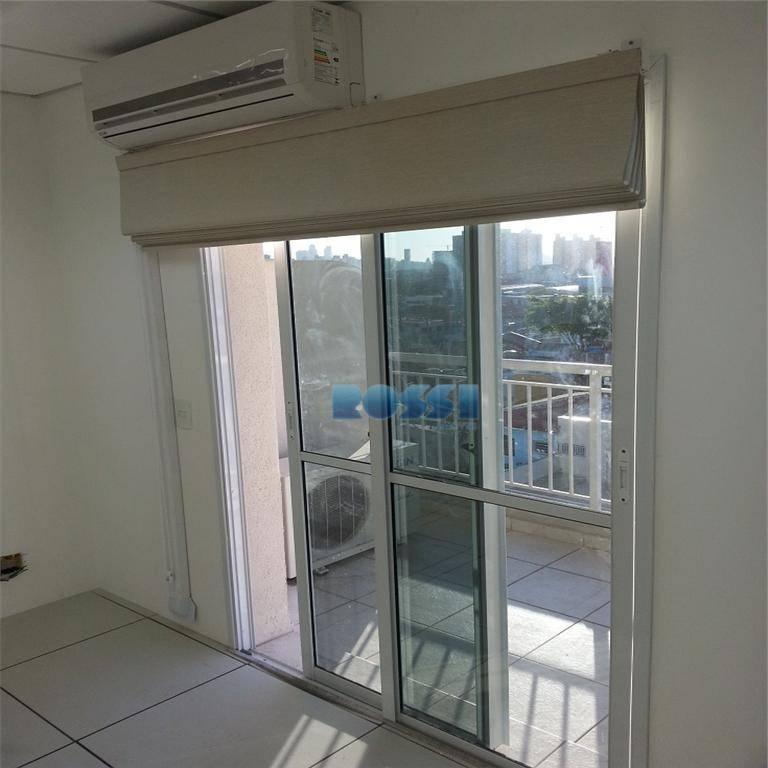 sala comercial com piso elevado, forro rebaixado com luminárias, persianas, ar condicionado, cozinha com armários, decoração...