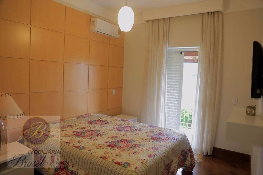 excelente sobrado em condomínio de alto padrão, próximo as principais rodovias.a casa possui 2 salas de...
