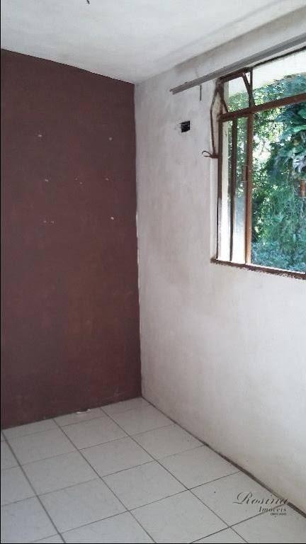 sobrado medindo 100 m² de área útil, construída toda em alvenaria, distribuída da seguinte forma: na...