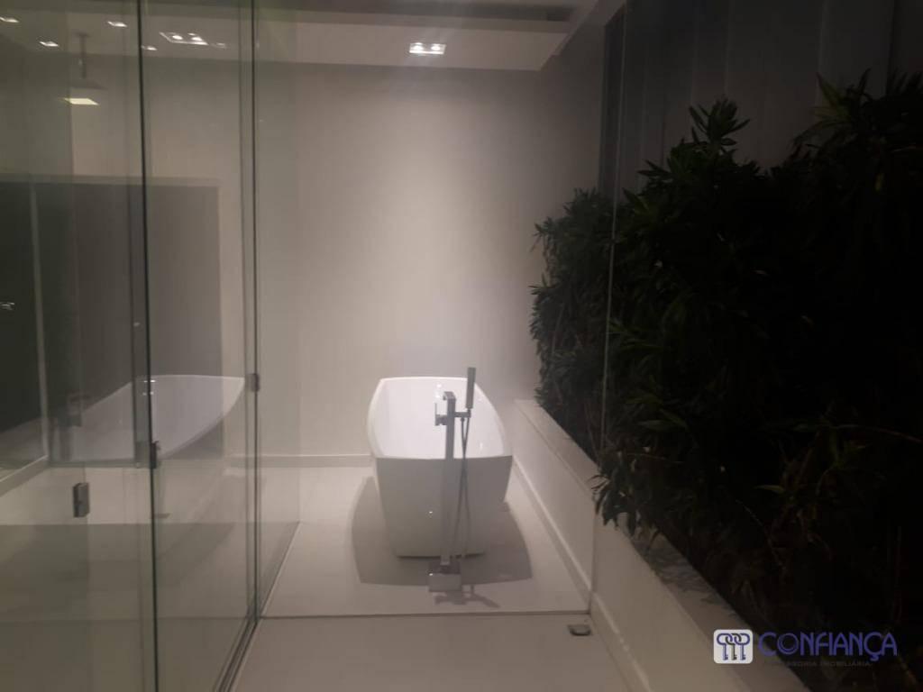 esplendorosa residência em condomínio fechado, composta da seguinte forma: 04 belas suítes, sendo 01 master com...