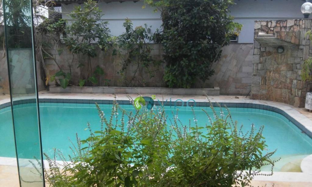 Jardim Virginia - Guarujá : Casa com 3 Suites Piscina e 4 Vagas - A poucos metros da Praia